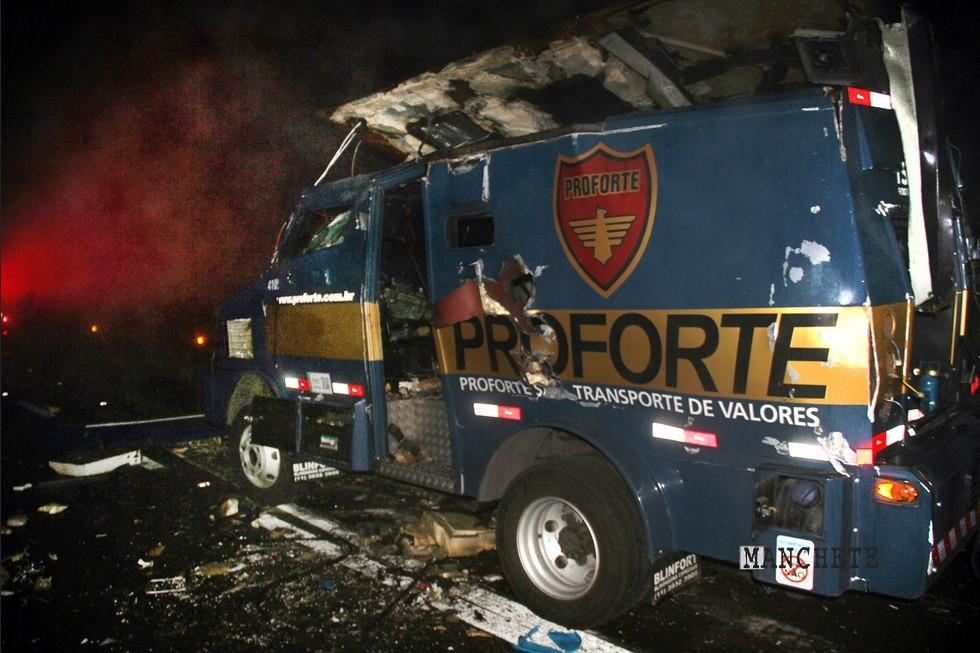 carro forte proforte PM prende dois após explosão de carro-forte na BR 277