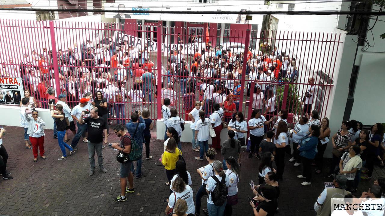 Foto de Manifestantes protestam no escritório político do Ministro Ricardo Barros