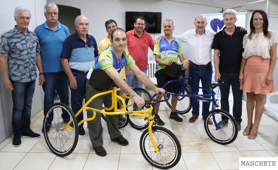 paralimpico Prefeitura repassa bicicletas adaptadas para três paratletas