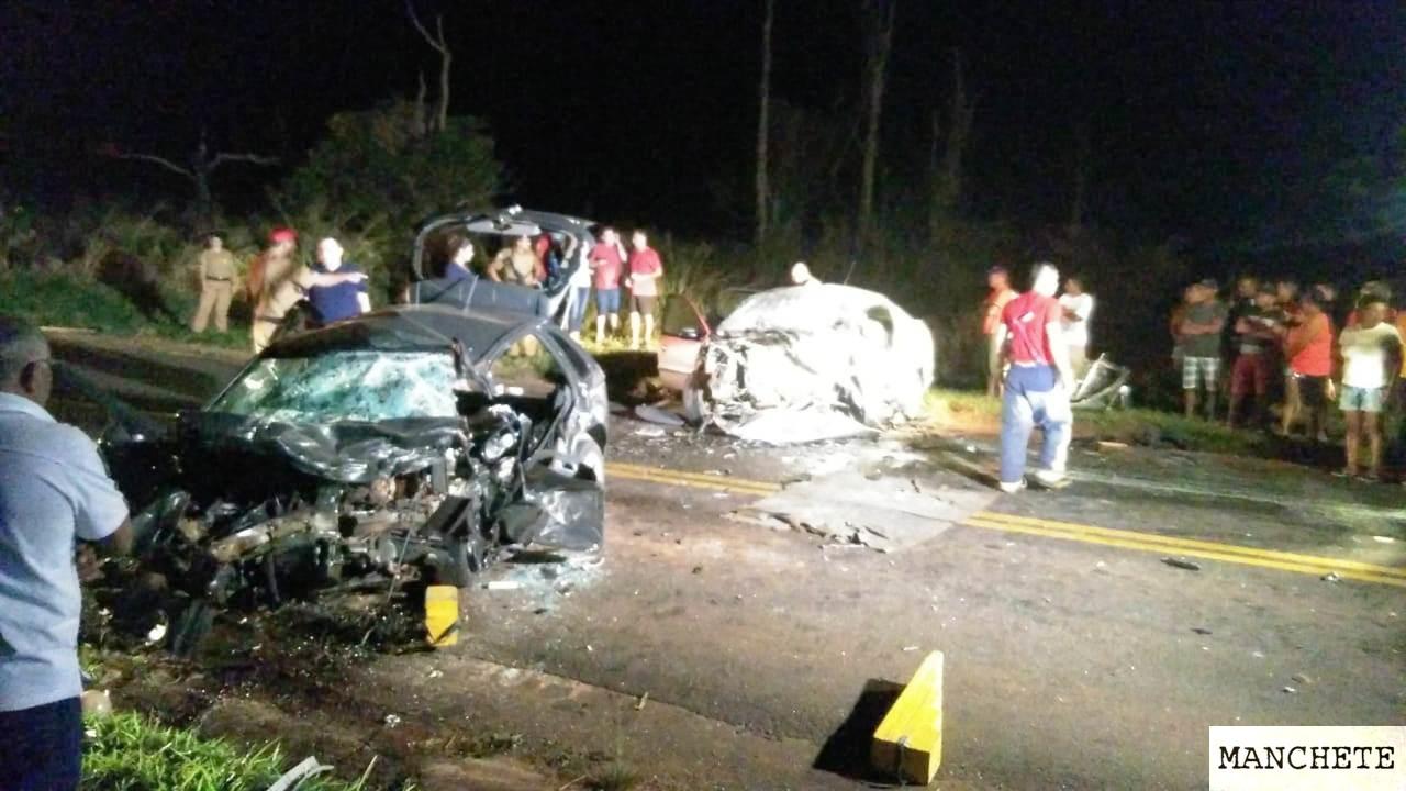 Foto de Quatro pessoas morrem e três ficam feridas em acidente entre dois carros