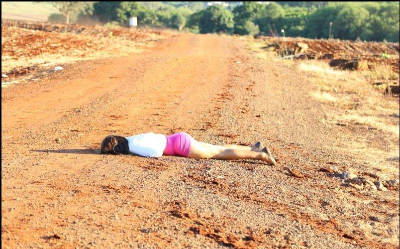 Foto de Travesti é executada com tiros na cabeça em estrada rural em Maringá