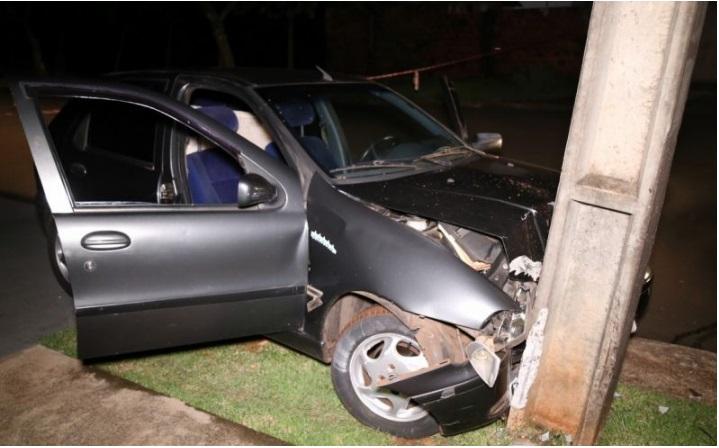 acidente Casal fica ferido em acidente entre carro e poste