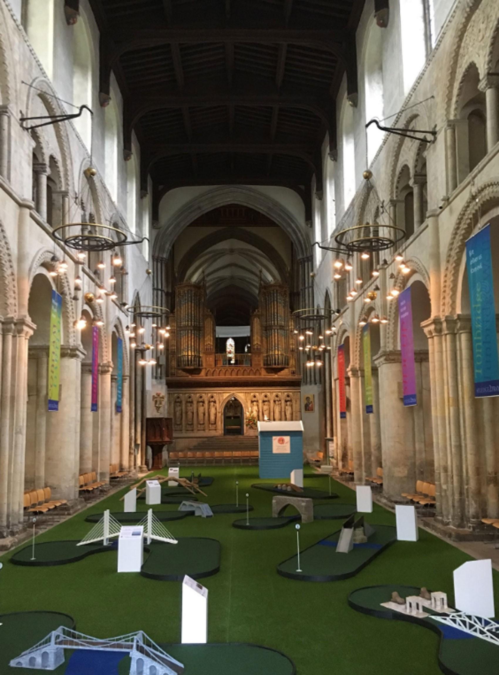 catedral1 Catedral britânica instala percurso de minigolfe para atrair fiéis jovens