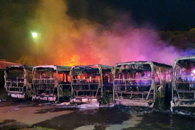 Foto de Seis ônibus da Cidade Verde são incendiados em Sarandi
